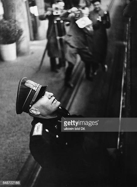 Benito Mussolini vor dem Sonderzug AdolfHitlers während der Verabschiedung