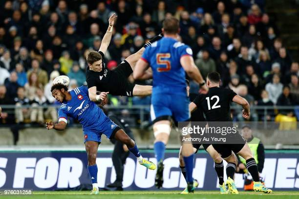 Benjamin Fall of France tackles Beauden Barrett of the All Blacks in the air resulting in a red card from Referee Angus Gardner during the...
