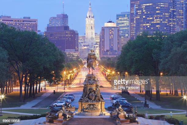 benjamin franklin parkway - philadelphia skyline - philadelphia pennsylvania stock pictures, royalty-free photos & images