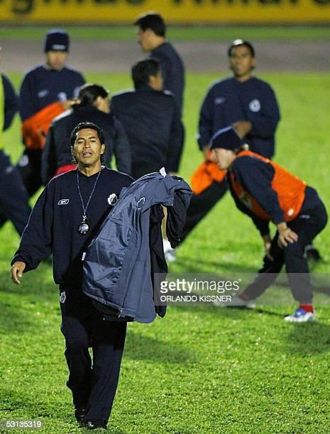 Benjamin Galindo tecnico del equipo mexicano Chivas de Guadalajara sale de la cancha con su abrigo durante un entrenamiento en Curitiba sur de Brasil...