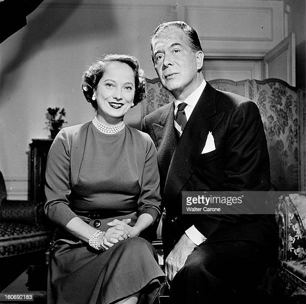 Benjamin Gayelord Hauser And Merle Oberon L'actrice Merle OBERON et le nutritionniste Benjamin Gayelord HAUSER portant un costume cravate posant dans...