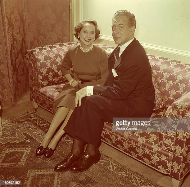 Benjamin Gayelord Hauser And Merle Oberon L'actrice Merle OBERON pose aux côtés du nutritionniste Benjamin Gayelord HAUSER sur un canapé à côté d'un...