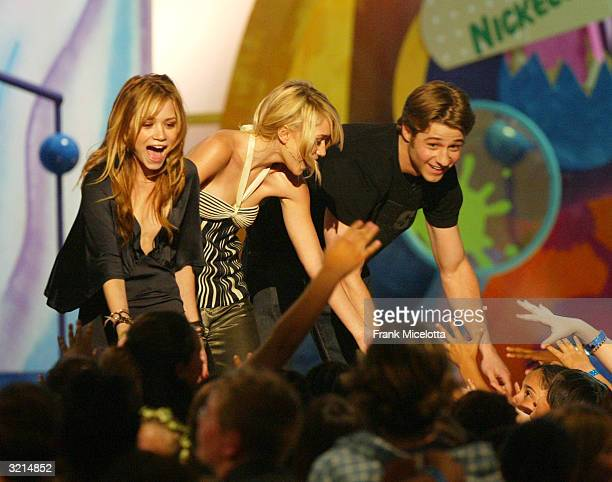 Benjamin McKenzie MaryKate Olsen and Ashley Olsen present an award during Nickelodeon's 17th Annual Kids' Choice Awards at Pauley Pavilion on the...