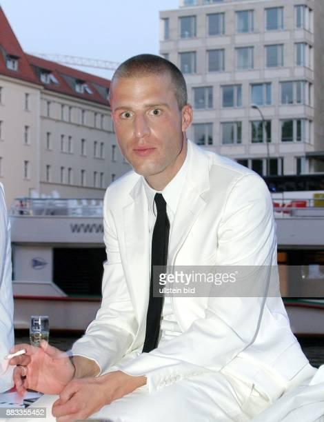 Benjamin von StuckradBarre Schriftsteller Journalist D Halbfigur mit Zigarette