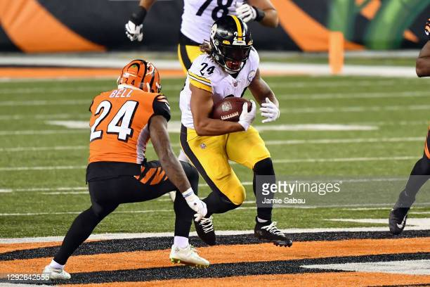 Benny Snell of the Pittsburgh Steelers carries the ball against the Cincinnati Bengals at Paul Brown Stadium on December 21, 2020 in Cincinnati, Ohio.
