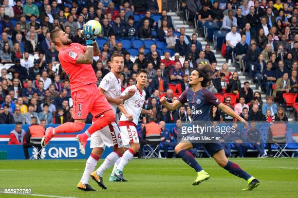 Benoit Costil of FC Girondins de Bordeaux catches the ball in front of Edinson Cavani of Paris SaintGermain during the Ligue 1 match between Paris...