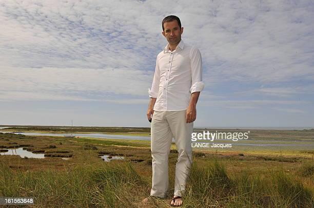 Meeting Benoît HAMON porteparole du PS posant en sandales sur le sentier côtier de la lande de Kerner dans le Morbihan où il passe ses vacances