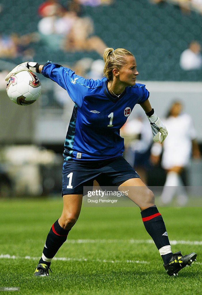 Bente Norby goes for the pass : News Photo