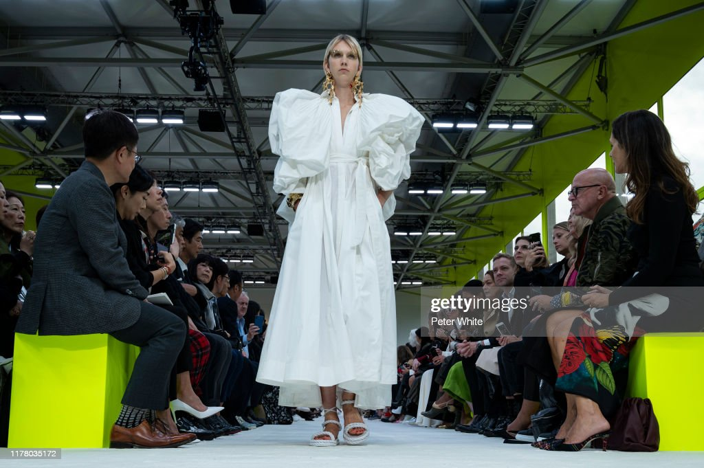 Valentino : Runway - Paris Fashion Week - Womenswear Spring Summer 2020 : Photo d'actualité