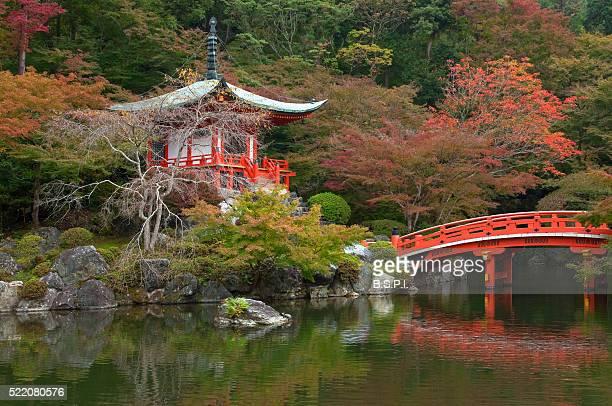 bentendo hall garden pond bridge at daigo-ji temple in kyoto, japan - shingon buddhismus stock-fotos und bilder
