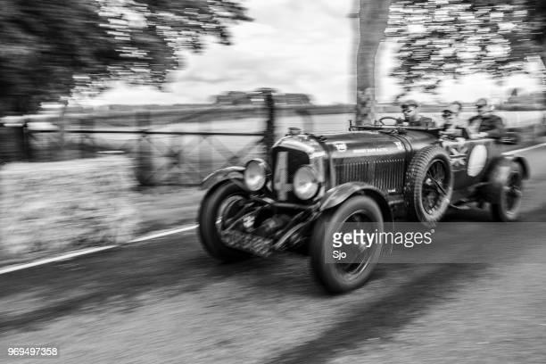 klassische oldtimer bentley speed six le mans 1929 in schwarz / weiß - 1920 1929 stock-fotos und bilder