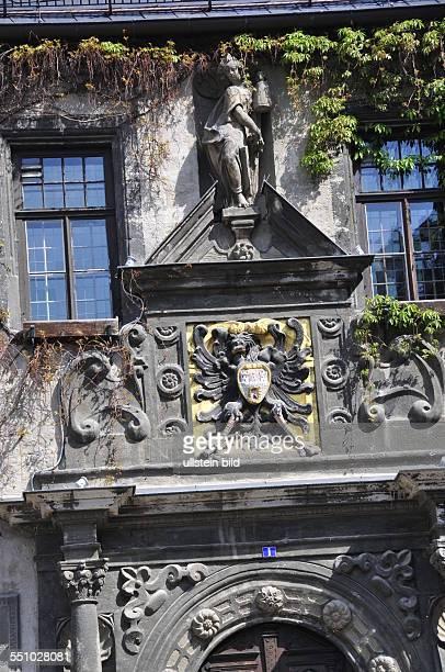 Über dem Eingang zum Rathaus aus der Renaissancezeit sind das Stadtwappen und eine Steinfigur die Göttin des Wohlstandes darstellend angebracht...