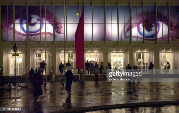 Über der Eingangstür des Bayerischen Staatsschauspiels in München leuchten 922000 zwei riesige blaue Augen die die Besucher des Theaters am...