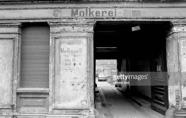 Über einer alten Eingangstür eines Haues in der Behringstraße im Berliner Stadtteil Baumschulenweg weisst eine alte Schrift auf eine ehemalige...