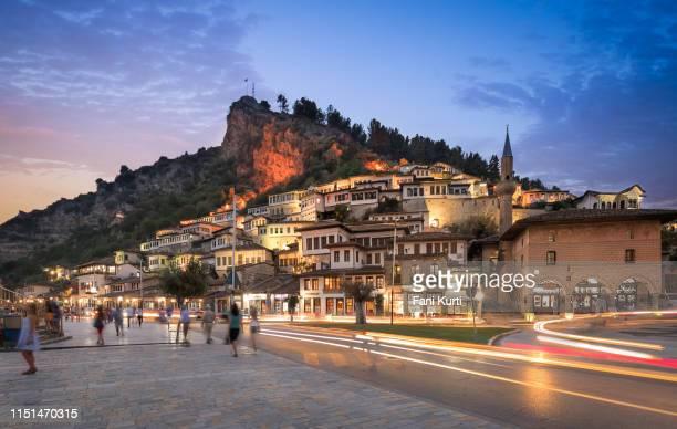berat bij nacht - albanië stockfoto's en -beelden