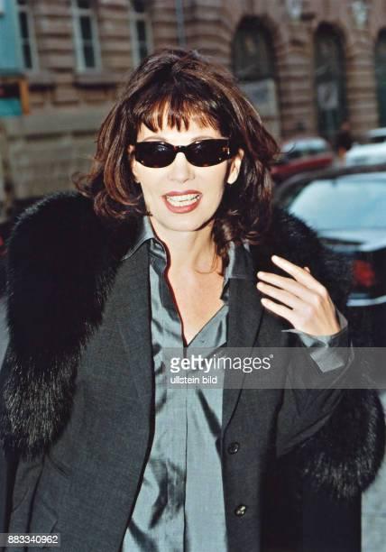 Berben Iris * Schauspielerin D Portrait mit Sonnenbrille