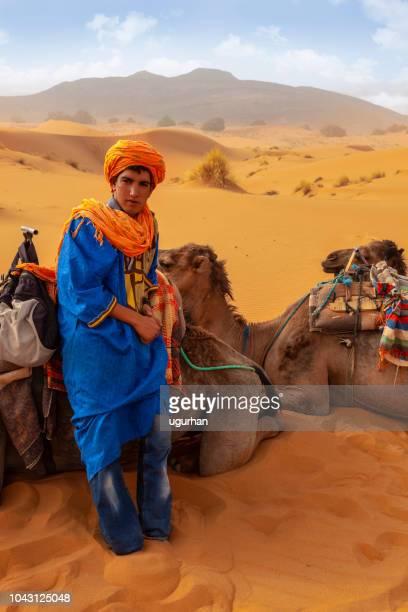 Hombre bereber al atardecer en el desierto de Merzouga, Marruecos