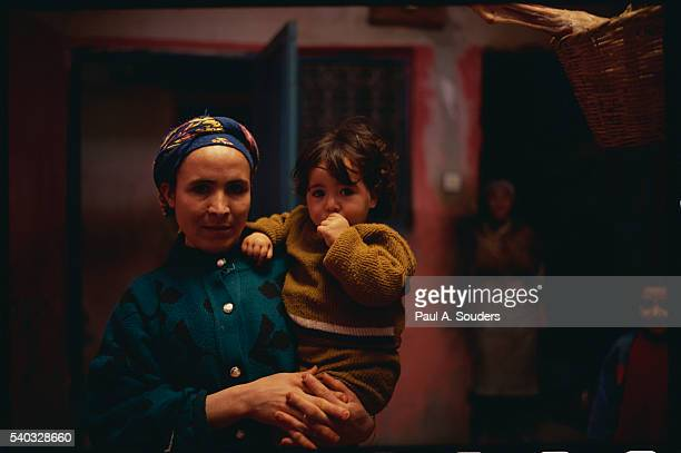 berber woman and child in their kitchen - femme marocaine photos et images de collection