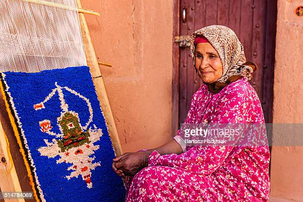 berber woman weaving textiles near ouarzazate - berber photos et images de collection