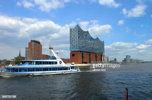 Bereits zwei Millionen Gaeste haben die ElphiPlaza in 37 m Hoehe besucht Elbphilharmonie das neue Wahrzeichen Hamburgs Blick von der Hafenfaehre auf...