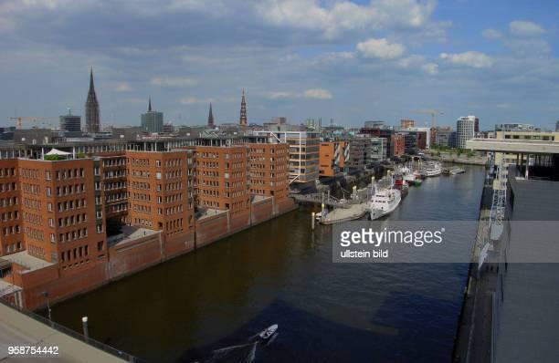 Bereits zwei Millionen Gaeste haben die ElphiPlaza in 37 m Hoehe besucht Elbphilharmonie das neue Wahrzeichen Hamburgs Blick von der Plaza auf das...
