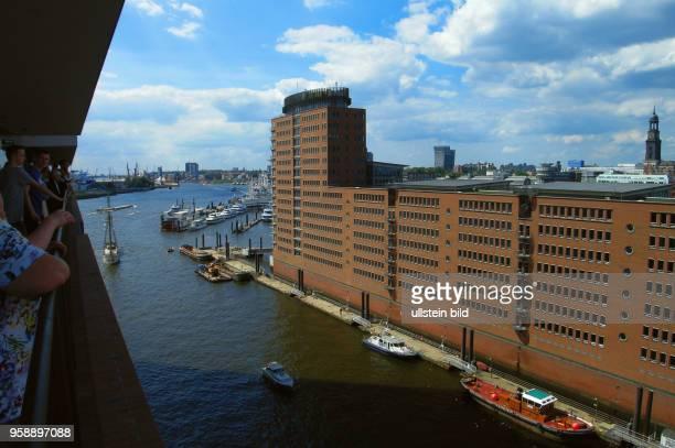 Bereits zwei Millionen Gaeste haben die ElphiPlaza in 37 m Hoehe besucht Elbphilharmonie das neue Wahrzeichen Hamburgs Ausblick von der Plaza in...
