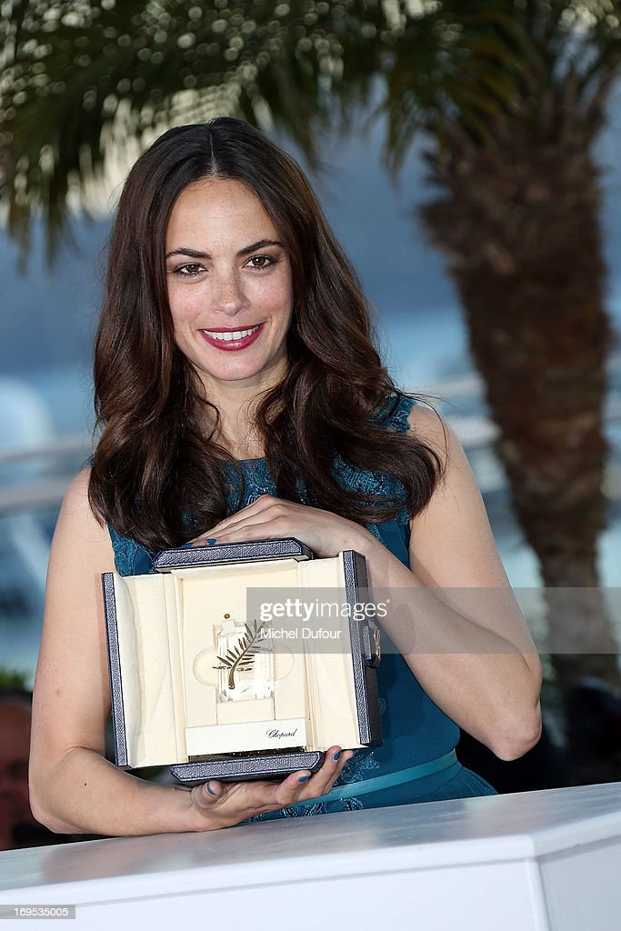 Berenice Bejo poses with the 'Best Performance by a Actress' award for 'Le PassŽ' at the Palme D'Or Winners Photocall during the 66th Annual Cannes Film Festival at the Palais des Festivals on May 26, 2013 in Cannes, France.