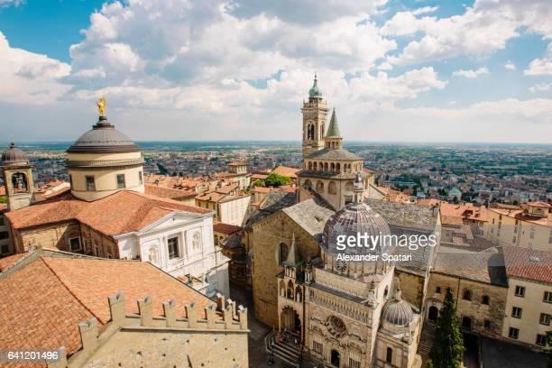 bergamo cityscape with bergamo cathedral, basilica of santa maria maggiore and cappella colleoni, bergamo, lombardy, italy - bergame photos et images de collection