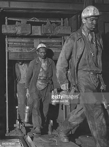 Bergarbeiter auf dem Weg zur Arbeit 1959