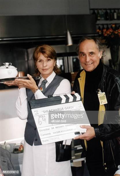 Berger Senta * Schauspielerin Oesterreich mit ihrem Ehemann dem Regisseur Michael Verhoeven bei den Dreharbeiten zu der Fernsehserie 'Die schnelle...