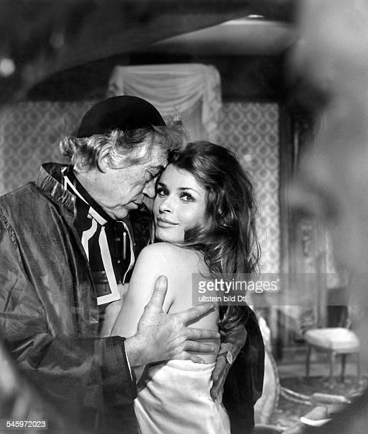 Berger Senta *Schauspielerin Oesterreich mit John Huston in dem Film Das ausschweifende Leben des Marquis de Sade Regie Roger Corman Cyril Raker...