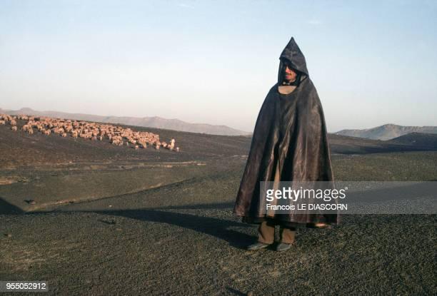 Berger surveillant son troupeau à Imilchil en octibre 1980 Maroc