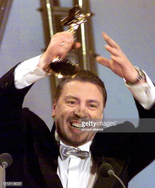 """Überglücklich bedankt sich der Schauspieler Armin Rohde (""""Das Leben ist eine Baustelle"""" für die """"Goldene Kamera"""", die von der Fernsehzeitschrift..."""