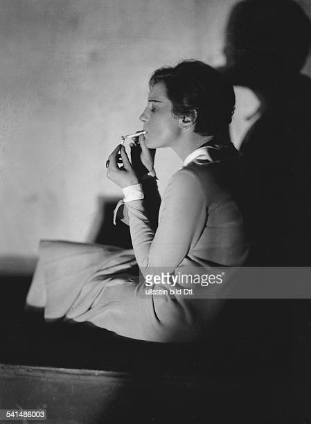 Bergner Elisabeth Actress Austria *22081897 lighting a cigarette 1929 Photographer James E Abbe Vintage property of ullstein bild