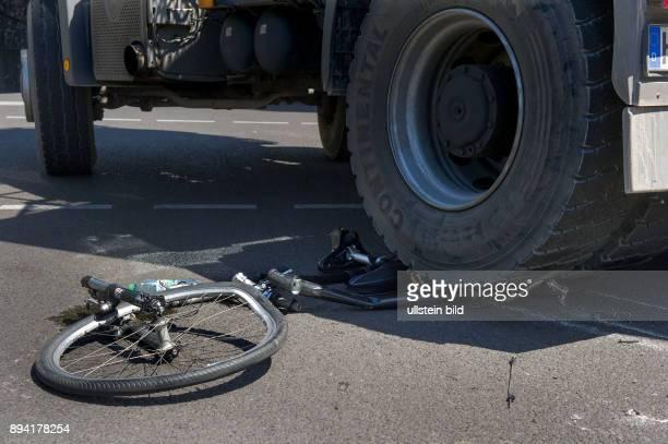 Berlin Fahrradunfall in der berliner Innenstadt ein rechts abbiegender LKW stösst mit einer Radfahrerin zusammen und kommt mit der Hinterachse auf...