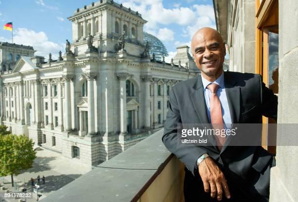 Berlin Abgeordneter KarlHeinz Huber auf einem Balkon des Bundestagsgebaeudes