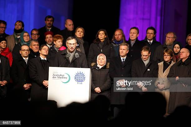 GER Berlin 10000 menschen versammeln sich am Brandenburger Tor / Pariser Platz anläßlich der Terroranschläge in Paris Zeitschrift Charly Hebdo...