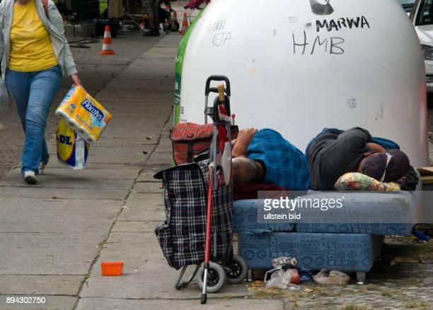 Berlin Armut in BerlinKreuzberg zwei Obdachlose liegen auf einem alten Sofa auf dem Buergersteig einer Kreuzberger Nebenstrasse im Hintergrund ist...