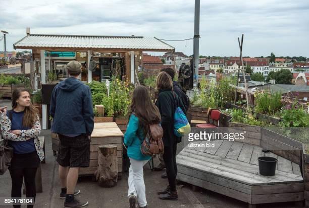Berlin Urban Gardening auf dem Dach des Einkaufszentrums Neukölln Arkaden wird der Klunkerkranich betrieben Club und Gartenbereich Ansicht...