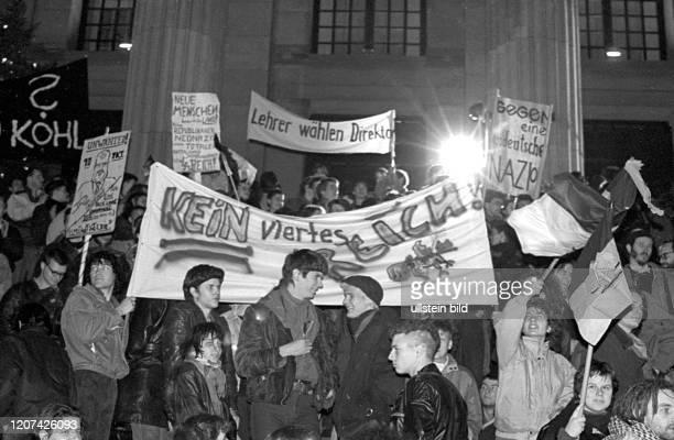 DDR Berlin Demo gegen Wiedervereinigung auf dem Platz der Akademie vor dem Französischen Dom Kein viertes Reich © Rolf Zoellner