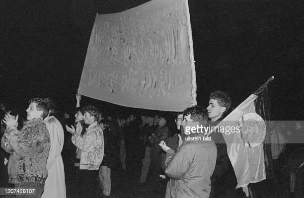 DDR Berlin Demo gegen Wiedervereinigung auf dem Platz der Akademie vor dem Französischen Dom © Rolf Zoellner