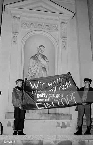 DDR Berlin Demo gegen Wiedervereinigung auf dem Platz der Akademie vor dem Französischen Dom Wir wollen nicht mit Kohl in EIN'TOPF © Rolf Zoellner