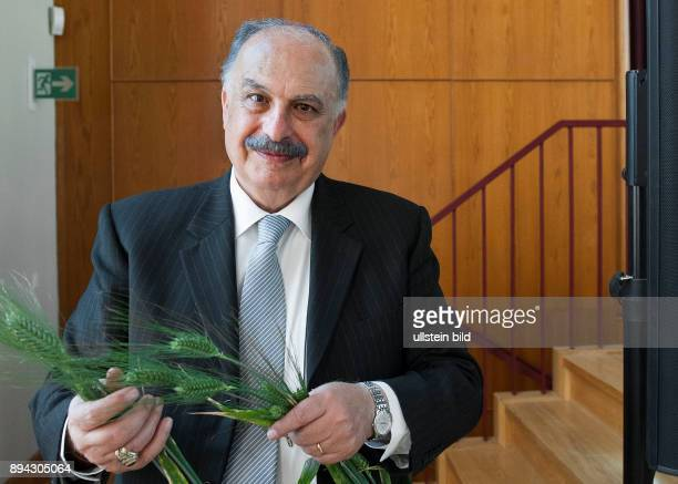 Berlin Portrait Mahmoud Solh im Auditorium Friedrichstrasse hier mit syrischem Weizen TRI 896 Triticum monococcum L var hornemannii Körn Syrien...