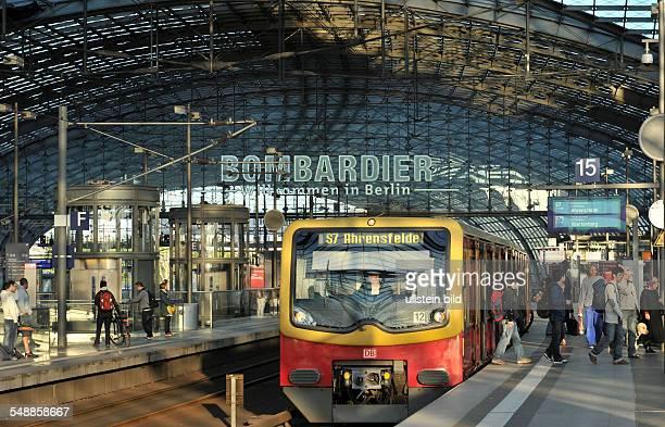 Hauptbahnhof SBahn S7 nach Ahrensfelde Zug Eisenbahn Deutsche Bahn Bahnsteig Gleise