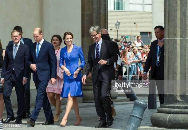 Berlin Deutschlandbesuch der Royals Prinz William und Herzogin Kate schreiten gemeinsam mit dem Regierenden Bürgermeister Michael Müller durch das...