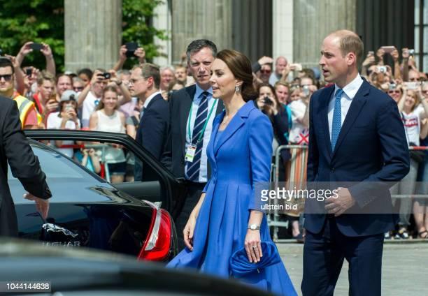 Berlin Deutschlandbesuch der Royals Prinz William und Herzogin Kate schreiten durch das Brandenburger Tor