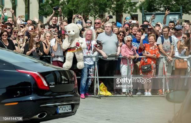Berlin Deutschlandbesuch der Royals Prinz William und Herzogin Kate Brandenburger Tor Schaulustige und Fans