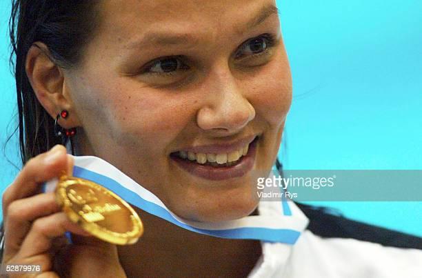 EM 2002 Berlin 200m/FREISTIL/FRAUEN SIEGEREHRUNG Franziska VAN ALMSICK/GER GOLD mit Medaille