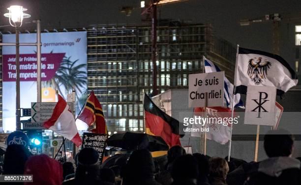 Berlin Bärgida Demonstration vor dem Berliner Hauptbahnhof Teilnehmer mit Transparent Je suis Charlie Deutschlandfahne und Israel Fahne und...