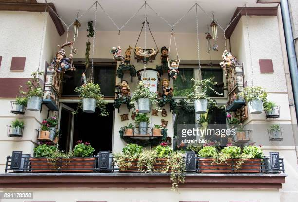 Berlin mit Figuren geschmückter Balkon in einer Neuköllner Nebenstrasse